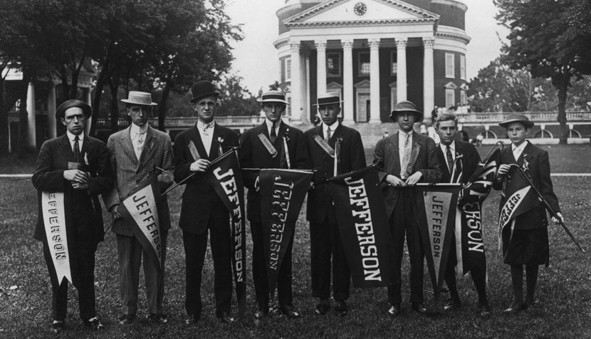 A group stands in front of the Rotunda.